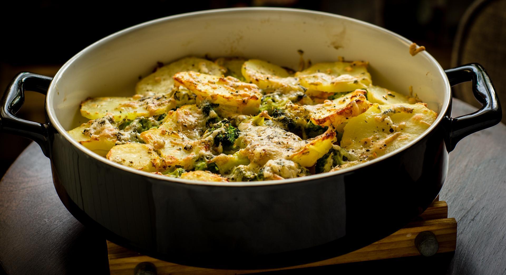 Zapiekanka z ziemniaków z wędzonym łososiem i brokułami