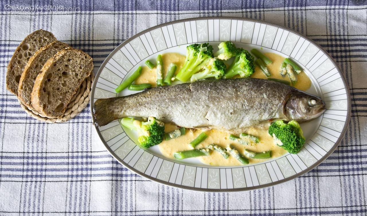 Pieczony pstrąg w zielonymi warzywami i sosem maślanym