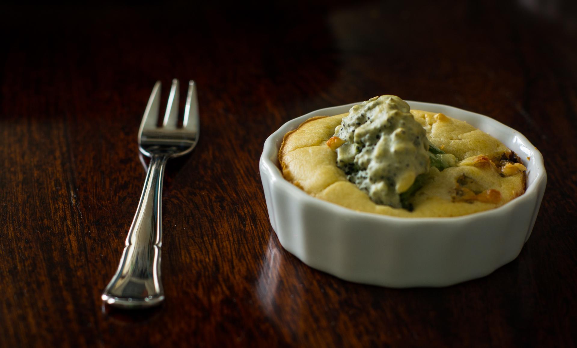 Wytrawne babeczki z brokułem i serem plesniowym