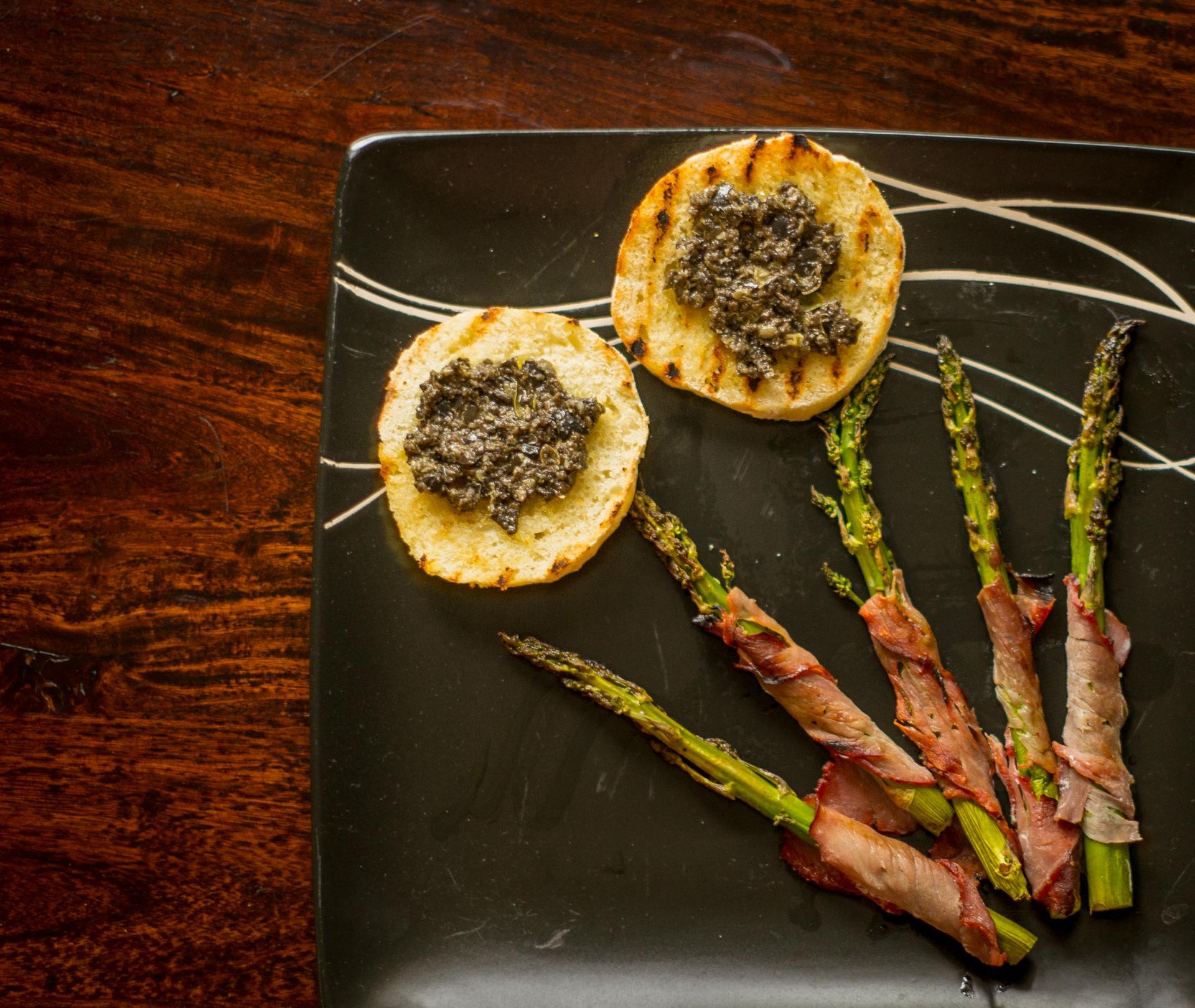Szparagi z szynką dojrzewającą wraz z grzankami i tapenadą