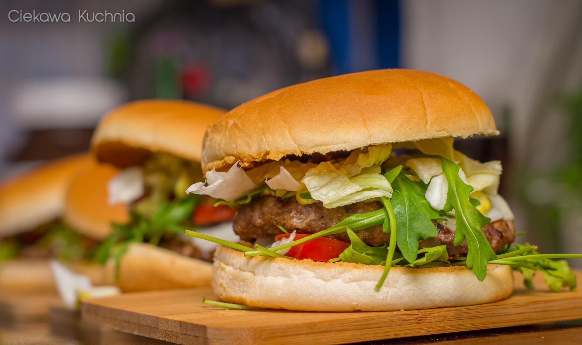 Burgery z kozim serem, rukolą i sosem z zielonego pieprzu