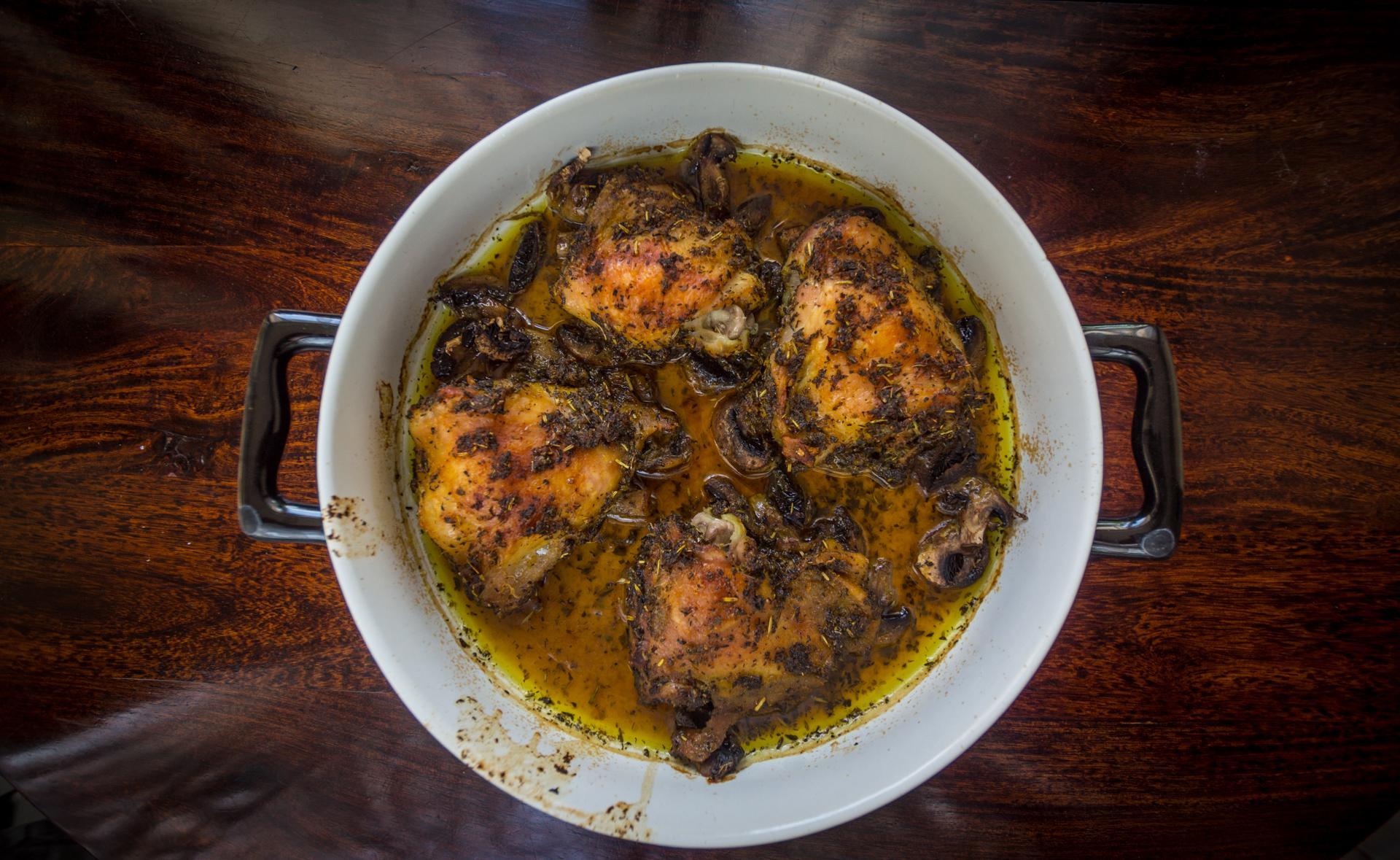 Zagrodowy kurczak w ziołach z pieczarkami