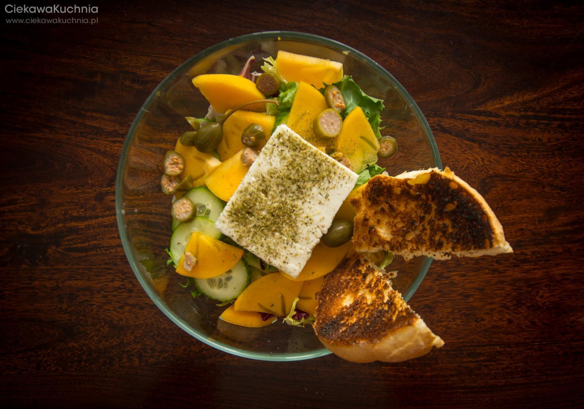 Sałatka z fetą, persymoną i owocami kaparu